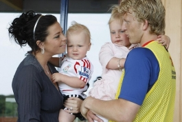 Dirk Kuyt and wife Gertrude with kids