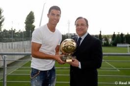 گزارش تصویری: کریستیانو رونالدو ماکتی از آخرین توپ طلای خود را به فلورنتینو پرز اهدا کرد