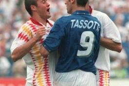 حواشی فوتبال: ضربه آرنج تاسوتی به لوئیز انریکه
