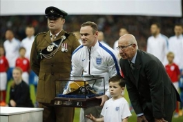 ویدیو؛  تقدیر از رونی بخاطر انجام صدمین بازی اش برای انگلیس پیش از بازی با اسلوونی