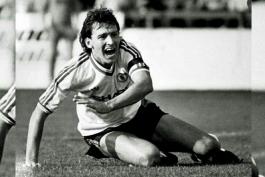 منچستر یونایتد - ران اتکینسون - فوتبال در دهه 80 میلادی - لیگ برتر انگلستان - لیورپول - مارک هیوز - کنی داگلیش