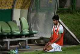 نماز فوتبالیست کنار زمین