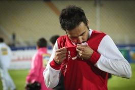 مدافع پیکان پس از بازی بر پیراهن تراکتورسازی بوسه زد
