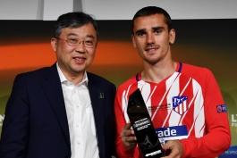 آنتوان گریزمان جایزه بهترین بازیکن فینال لیگ اروپا را دریافت نمود