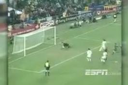 به مناسبت دیدار امشب بارسلونا سویا خلاصه دیدار جذاب دو تیم در سال 2001 و برد 3-1 بارسلونا با دو گل زیبای ریوالدو