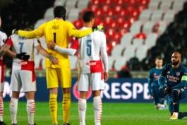 بازیکنان آرسنال در آغاز دیدار با اسلاویا پراگ زانو زدند